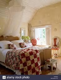 Land Schlafzimmer Weiß Voile Moskitonetz über Dem Antiken Bergere