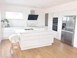 Superb Küche Ganz In Weiß Mit Keramikarbeitsplatte, Spülinsel Und Großen Side By  Side Kühlschrank