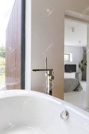 Moderne Badezimmer Mit Badewanne Neben Gemütlichen Schlafzimmer