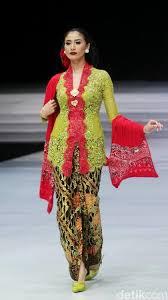 The minister donned a kebaya by renowned designer anne avantie. Foto 25 Kebaya Modern Anne Avantie Terbaru 2018 Gaun Lengan Panjang Gaun Model Pakaian