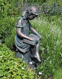 Resultado de imagen de niña leyendo en un jardín