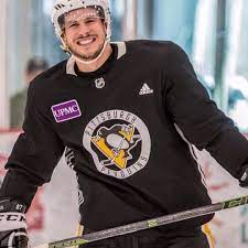 """Lillie   Crosby🐝 on Instagram: """"Whatta perfect babe!!!!!!!!😍😍💕 ———-  #practice #perfect #him #gameday #gam…   Pittsburgh penguins hockey,  Penguins hockey, Crosby"""