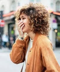 Cheveux Frisés 15 Coupes Et Coiffures Pour Cheveux Bouclés