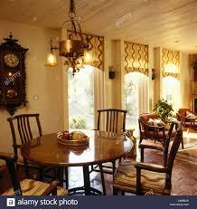 Messing Glas Leuchte über Stühle Und Runder Tisch In Einem