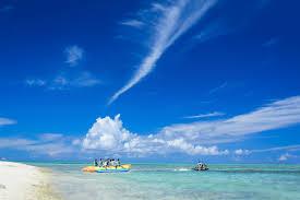 沖縄の海とバナナボートの観光客無料の写真素材はフリー素材のぱくたそ