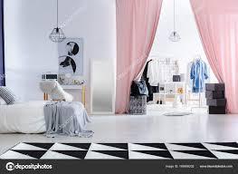 Moderne Schlafzimmer Mit Ankleideraum Stockfoto Photographeeeu