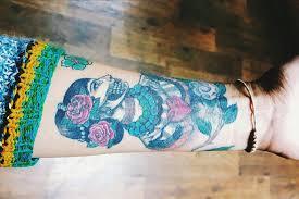 девушки показывают татуировки сделанные на нетрезвую голову Kykyorg