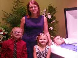 Mother explains why she posed for photo next to dead husband's body with  her two young children | The Independent | The Independent