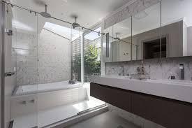 A suíte presidencial tem 130 metros, as paredes internas são todas de blindex, o que permite que se tome banho de banheira de frente para o mar de ipanema. Guia Completo Para Montar Uma Suite Com Banheira De Hidromassagem