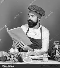 Cook Avec Un Visage Sérieux En Bourgogne Uniforme Lit Le Livre De