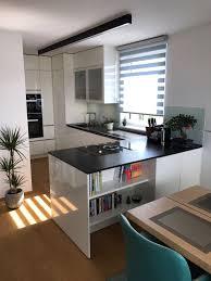 Weiße Küche mit schwarzer Arbeitsplatte KüchenDesignMagazin