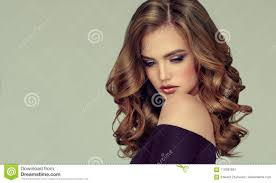 Bruine Haired Vrouw Met Omvangrijk Glanzend En Krullend Kapsel