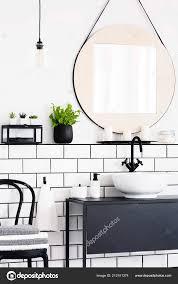 Echtes Foto Von Einem Interieur Mit Spiegel Pflanze Stuhl Und