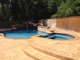 Swimming pool - Round spa with tile spillway, stamped concrete deck with stamped  concrete cantilever coping. Texas Aquatics & Pool Services -Houst