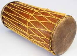 Kentongan merupakan alat musik tradisional yang terbuat dari bambu atau kayu yang di pahat bagian cara memainkan alat musik ini yaitu dipukul dengan mengguanakan stik kayu yang ujungnya dibalut kain. Bagaimana Cara Memainkan Alat Musik Tradisional Gendang Panjang Seni Musik Dictio Community