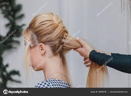 美容室ビューティー サロンでフランス風の髪型をしています ストック