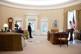 barak obama oval office golds. unsurprisingly trump has gone big on gold nearly everything in the oval here some kind of accent couches doorframes barak obama office golds k