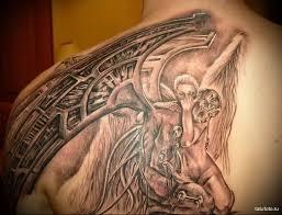 тату девушка обнимает падшего ангела мужская татуировка на плече