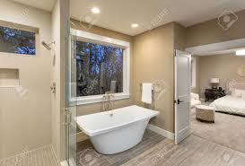 Schöne Master Bad Mit Badewanne Und Dusche In Neuen Luxus Haus Mit