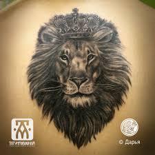 татуировка на спине у парня лев с короной фото рисунки эскизы