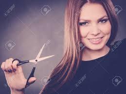 Elegance Et Chic Fashion Style De Coiffure Professionnaliste Femme Avec Des Ciseaux Femme élégante Présente Le Salon De Son Coiffeur