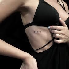 татуировка с надписью целуй тату