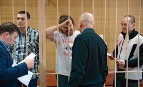 Ты избрал тебя судить Как шел процесс над журналистом  Александр Соколов слева Валерий Парфенов в центре и Кирилл Барабаш во время заседания в Тверском суде в декабре 2016 года