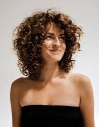 Coupe Moderne Cheveux Frises Femme Coiffures à La Mode 2019