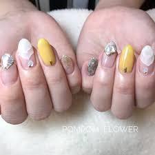夏ホワイトイエローゴールド Pompom Flowerのネイルデザインno