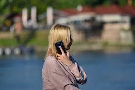 フリー写真画像 携帯電話 通信 電話 女性 アウトドア 女の子