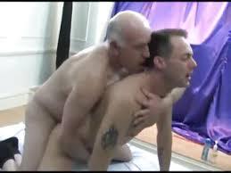 Abuelo gay follando con jovenes