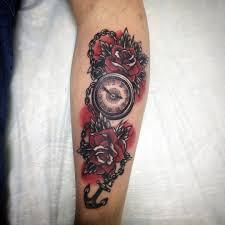 татуировка на предплечье у парня часы розы и якорь фото
