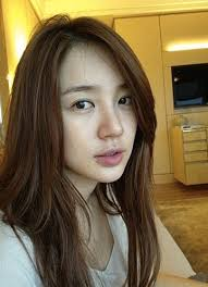 yoon eun hye puts three times the usual amount of moisturizing cream before going to sleep which keeps her skin soft and dewy