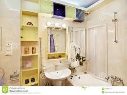 Stanza da bagno moderna in giallo ed in azzurro fotografia stock