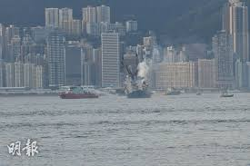 本港今日(2日)下午 5 時半起,西九龍、青衣等一帶均聞到異味。綜合報道及區議員指,昂船洲大橋對出海面躉船下午 5 時許著火,船上有約 2000 噸金屬廢料,至少4 艘船灌救,至晚上 9 時仍未救熄。晚上11時許,消防將火警升為三級。 Z5jamz4kh7m1lm