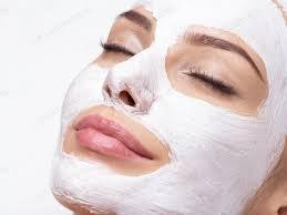 Frau Entspannung im Spa-Salon mit kosmetischer Maske auf Gesicht Foto von valuavitaly auf Envato Elements