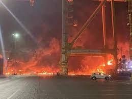 حريق هائل اثر انفجار ضخم في سفينة بميناء جبل علي في دبي (فيديو)