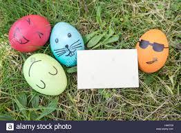 Le uova di pasqua con divertenti facce dipinte Foto stock - Alamy