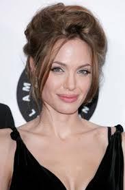 Coiffure De Angelina Jolie Attachés En Arrière En Chignon