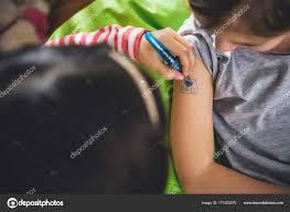 девочек писать тату на дому стоковое фото Kerkezz 171052570