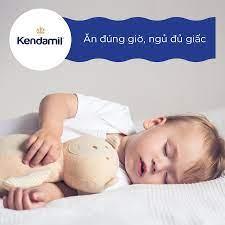 Kendamil Việt Nam - ĂN ĐÚNG GIỜ, NGỦ ĐỦ GIẤC Tốt nhất ba mẹ nên cho trẻ ăn  bữa tối trước 6 giờ để hệ tiêu hoá được nghỉ ngơi trong giấc