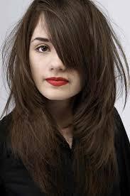 Id E Coiffure Description Des Cheveux Longs Ondul S Sublim S Par Des Reflets Cuivr S Et Une Frange