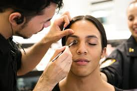 rolando diaz iii gets his makeup done by chris martinez at sephora during his makeup