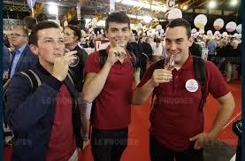 le salon des vignerons indépendants de lyon une gigantesque cave à vins trois amis en pleine dégustation photo pierre augros