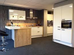 Stoere keuken in wit en warme houttinten en stoere grepen Speels