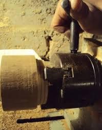 Технология создания изделия Реферат по технологии класс  Зажимаем цилиндрическую заготовку для корпуса шкатулки в токарный станок и сначала грубо округляем ее снимая грани Рис 1 1 Для этой цели используем