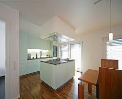 kleine Kücheninsel Hochschränke links und rechts mitte frei mit