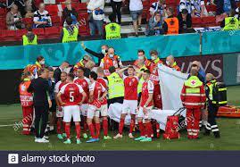 Calcio Calcio - Euro 2020 - Gruppo B - Danimarca / Finlandia - Parken  Stadium, Copenhagen, Danimarca - 12 giugno 2021 il allenatore danese Kasper  Hjulmand parla con i giocatori, mentre Christian