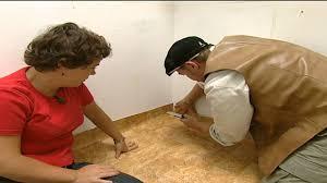 Mit dem passenden zubehör verlegen sie jeden der. Renovierungs Heimwerker Tipps Pvc Boden Selber Verlegen Youtube