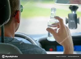 Man Amaviael A Alcohol While Driving Photo Drinking 157422316 — Stock Car ©
